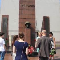 Возложение цветов у памятника на заводе Борец